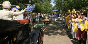 Mary Hastings '37 waves to the yellow Class of 2007